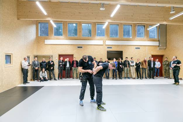 Bei der Einweihung des neuen Ausbildungsgebäudes demonstrierten Einsatztrainer der Kantonspolizei einige Verhaftungs- und Selbstverteidigungsmethoden.