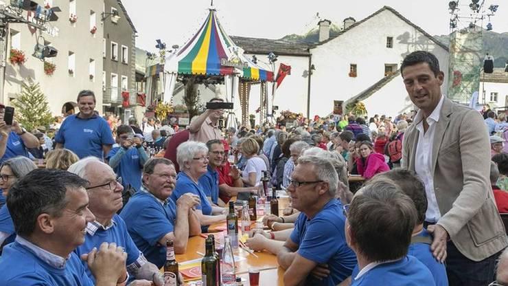 Wiedersehen in Klingnau: Roman Kilchsperger und die Klingnauer Jassfans trafen sich in der letztjährigen Sendung in Simplon Dorf. pz