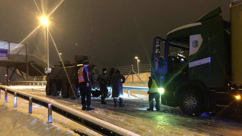 Armeefahrzeug schleppt Lastwagen auf der Autobahn ab