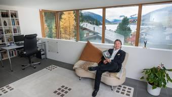 Von der Galerie seines Hauses geniesst der umtriebige Hotelmanager Ernst Wyrsch die Aussicht über die Davoser Landschaft.Mathias Marx