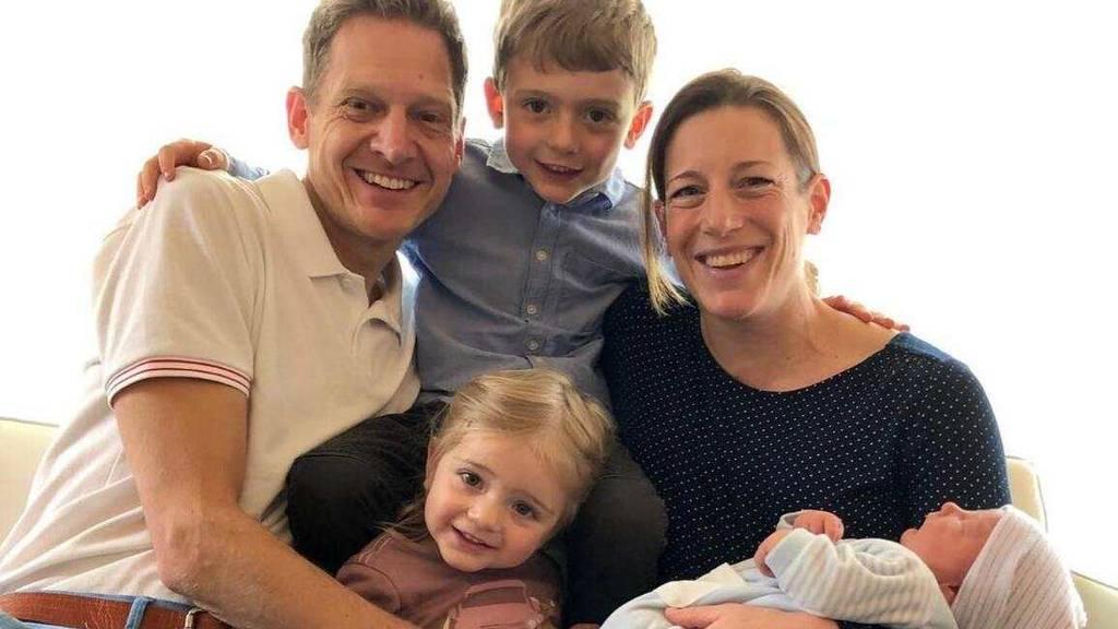Nicola Spirig mit Ehemann Reto Hug, Söhnchen Yannis, Töchterchen Malea (unten), und Alexis, der im letzten April zur Welt kam.