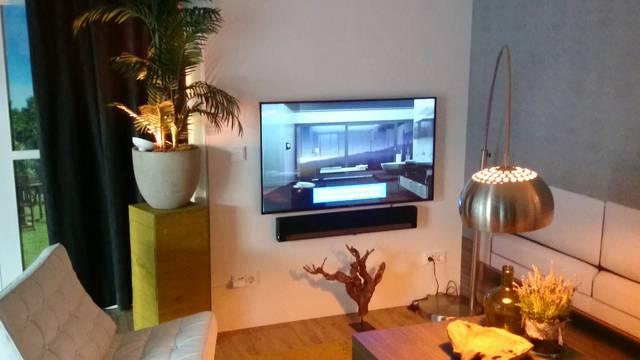 Auf Befehl verwandelt sich das Wohnzimmer in den vordefinierten «TV-Modus»