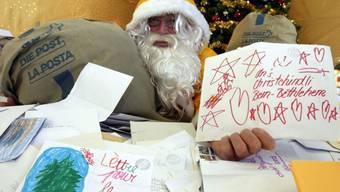 Der Weihnachtsmann der Post mit Kinderbriefen (Archiv)