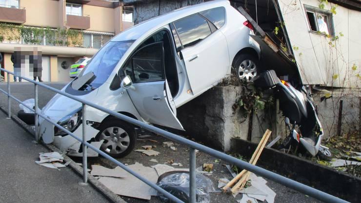 Aufgrund eines Fahrfehlers durchbrach gestern Morgen ein Autofahrer eine Garage.