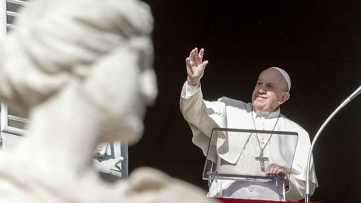 Der Papst spendet den Segen beim Angelusgebet am zweiten Weihnachtsfeiertag auf dem Petersplatz.