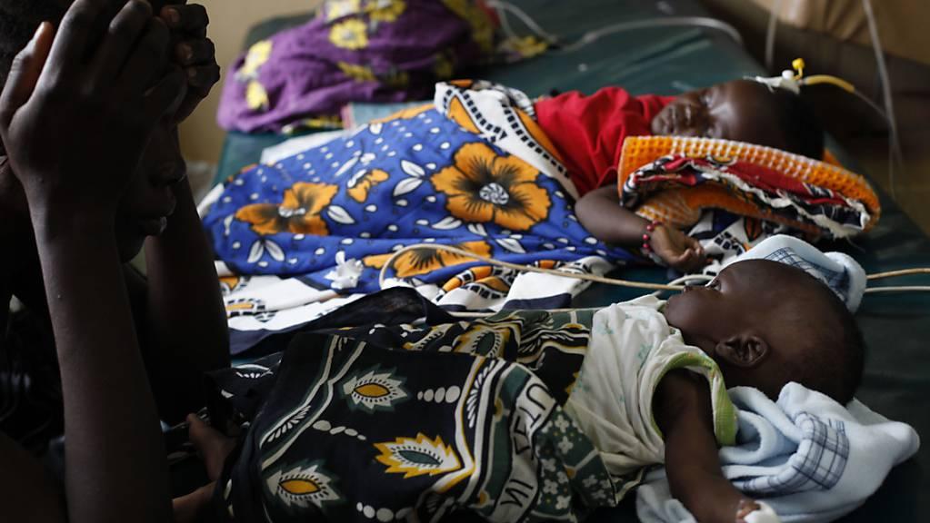 An Malaria erkrankte Kleinkinder in einem Spital in Kenia. Die WHO empfiehlt nun erstmals eine Schutzimpfung für Kinder gegen die Krankheit. (Archivbild)