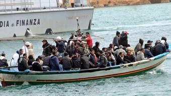 Ein Boot mit Flüchtlingen vor Lampedusa (Symbolbild)