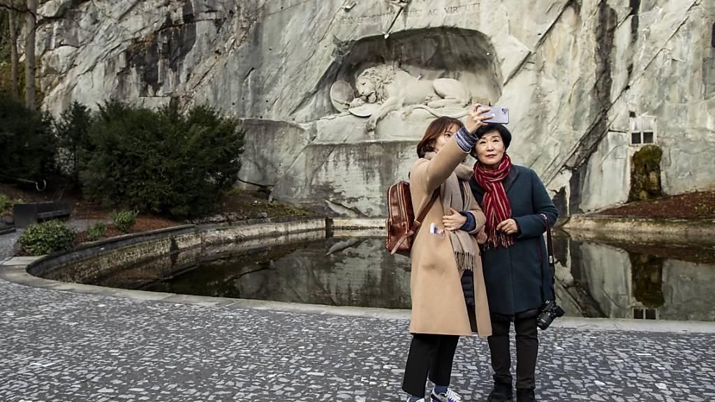 Sie fehlen in den Schweizer Geschäften derzeit: Asiatische Touristen in Luzern (im Februar 2020).