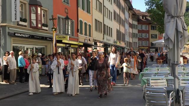 Fronleichnam in Baden: Gottesdienst auf dem Kirchplatz und  anschliessende Prozession durch die Stadt