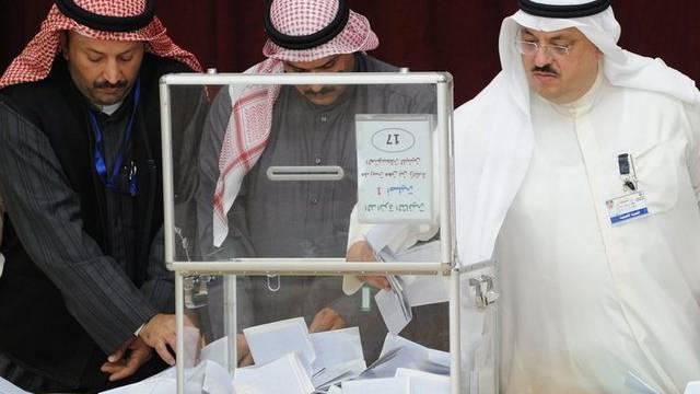 Wahlhelfer werten in Kuwait City die Wahlzettel aus