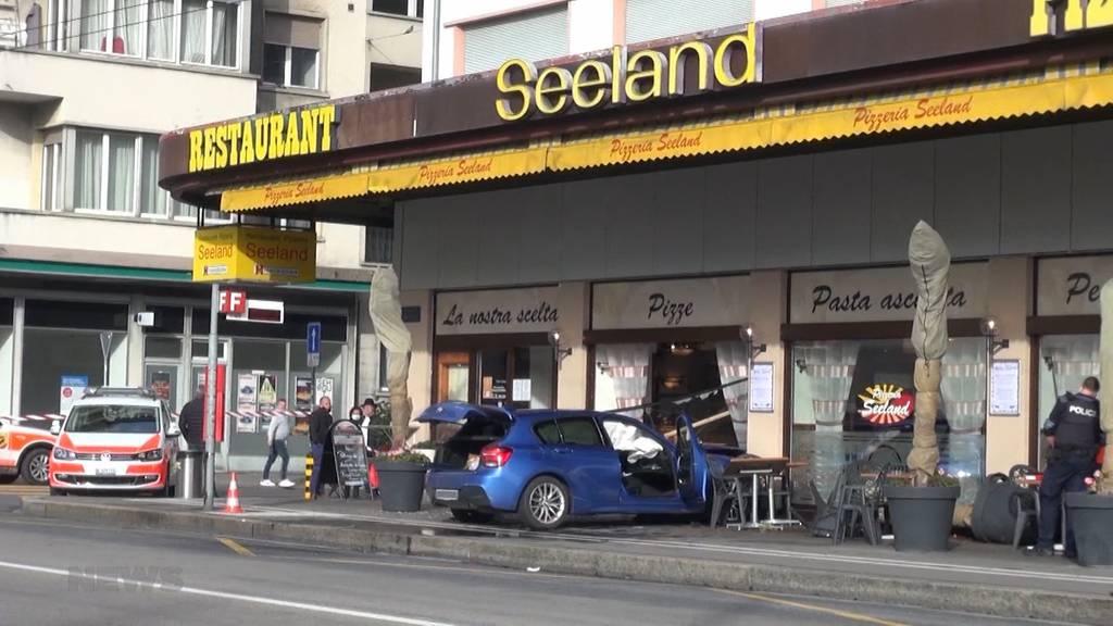 Zwei Schwerverletze: Lernfahrende rast in Restaurant in Biel