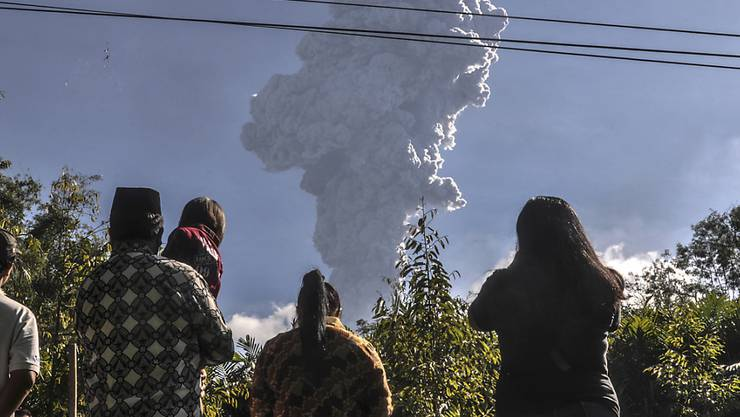 Sechs Kilometer hohe Rauchsäule: der neu ausgebrochene Vulkan Merapi auf der indonesischen Insel Java.
