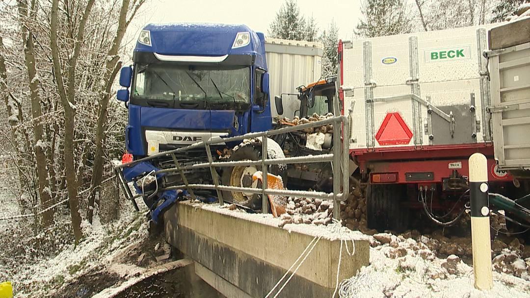 Traktor kracht in Sattelschlepper - zwei Personen leicht verletzt