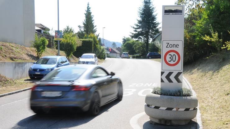 Hier in Klingnau beginnt die besagte Tempo- 30-Zone – geblitzt wurde die Autofahrerin etwa auf Höhe des Autos hinten.