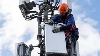 Arbeiter bei der Montage einer 5G-Antenne in Bern.Peter Klaunzer/Keystone