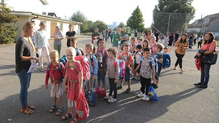 Primarschullehrerin Stefanie Strebel empfängt ihre erste Klasse vor dem Alten Schulhaus.