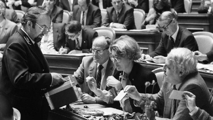 Bundesrats-Kandidatin Lilian Uchtenhagen (Mitte) und SP-Präsident Helmut Hubacher (rechts) geben bei der Bundesratswahl vom 7. Dezember 1983 ihre Stimmen ab.
