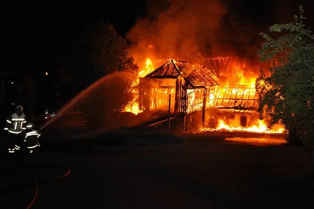 Beim Eintreffen der sofort aufgebotenen Feuerwehr stand das Gebäude bereits in Vollbrand