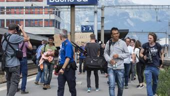 Mehr Medienvertreter als Flüchtlinge: Zwei Kinder, ein Elternpaar und ein junger Mann bei ihrer Ankunft am Bahnhof in Buchs SG (Archivbild)