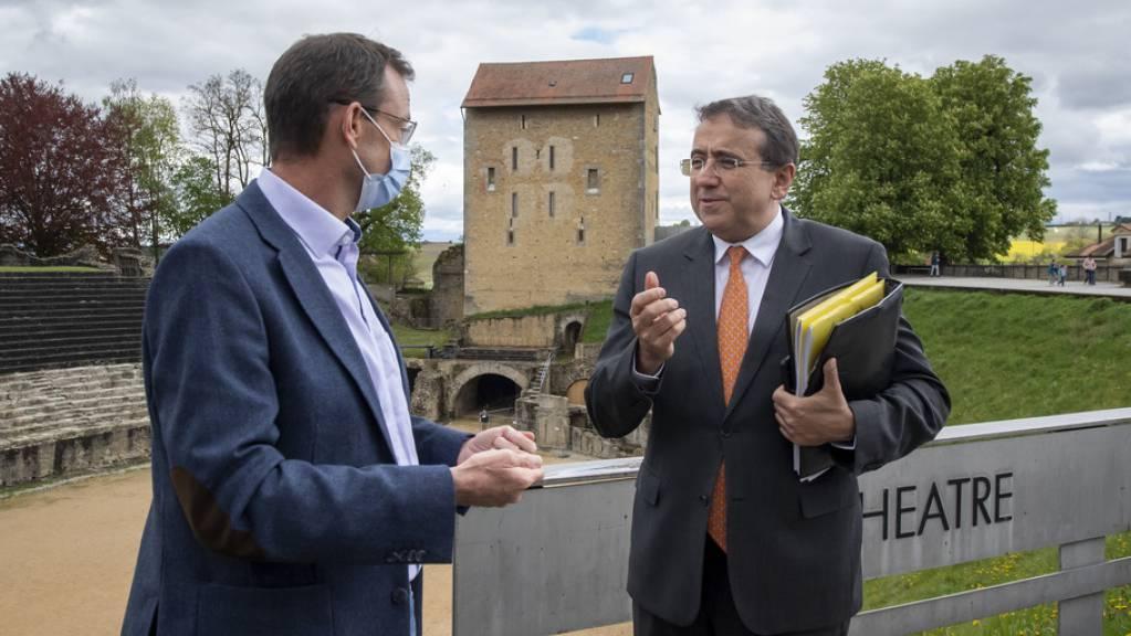 Denis Genequand (l.), Direktor der historischen Stätte Avenches, im Gespräch mit dem Waadtländer Staatsrat Pascal Broulis (r.).