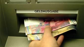 Der Anwalt hat jeweils Bargeld am Automaten abgehoben, nachdem seine Klienten grössere Summen überwiesen hatten. (Symbolbild)