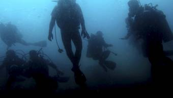 Polizeitaucher fanden den vermissten Mann tot im Wasser. (Symbolbild)