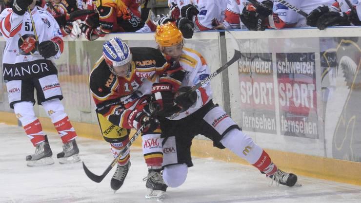Im Duell der Doppeltorschützen unterliegt Basels Stefan Voegele (vorn) schliesslich dem Visper Jeffrey Füglister. Foto: Nicole Nars-Zimmer