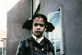 Als Schulmädchen wurde Harris mit dem Bus in eine zuvor fast ausschliesslich weisse Schule gebracht.