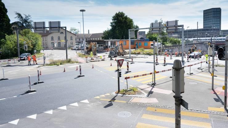 Der Kreuzplatz in Aarau wird saniert. Dies sorgt derzeit für Stau.