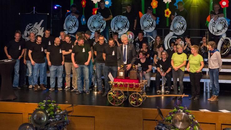 Stadtammann Raymond Tellenbach umgeben von den Preisträgern.