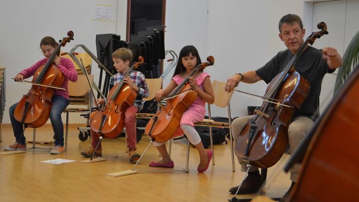 Kurze Anweisungen: Solocellist Thomas Grossenbacher übt mit Musikschülern in Rheinfelden.