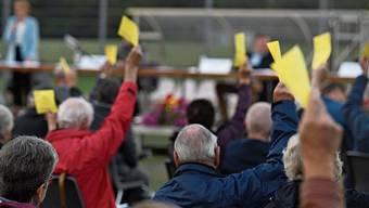 Aesch hat Erfahrung mit Gemeindeversammlungen während Corona. Im Juni wurde draussen abgestimmt.