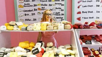 """""""Lucy Sparrow's Delicatessen on 6th"""" - so heisst ein Laden der britischen Künstlerin Lucy Sparrow im Rockefeller Center. Die Delikatessen, die sie dort anbietet, von Käse über Fleisch oder Gemüse bis zu Süsswaren, sind indes alle aus Filz."""