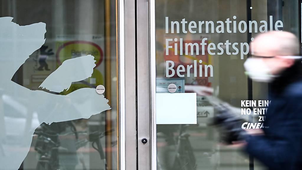 Ein Eingang mit der Aufschrift «Internationale Filmfestspiele Berlin» und dem Berlinale-Bären am Potsdamer Platz. Die Festivalleitung der Berlinale muss angesichts der Infektionslage erneut umplanen.