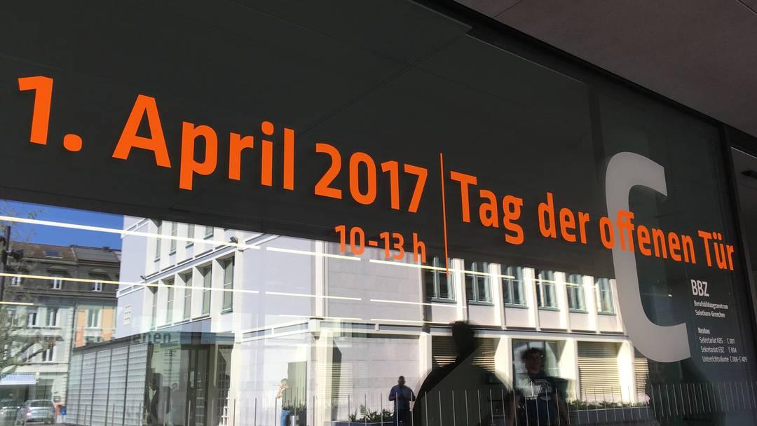Direktor Rolf Schütz führt durch den Campus Solothurn des Berufsbildungszentrums Solothurn-Grenchen und zeigt den Neubau und die Umbauten in den anderen Gebäuden.
