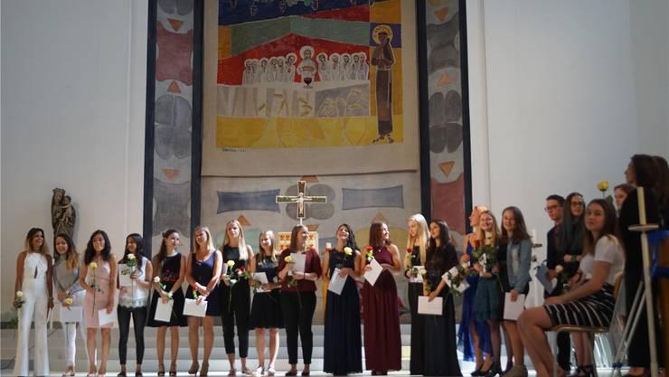 Alle Maturandinnen und Maturanden der neun Klassen, welche die Prüfungen bestanden hatten, erhielten ihre Diplome.