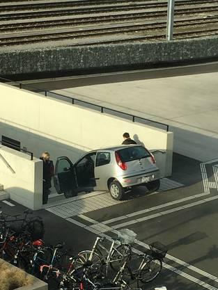 Auf dem neben der Schule gelegenen Bahnhofsareal bog eine Frau mit ihrem Auto beim Parkieren falsch ab.