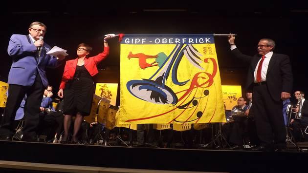 Die neue Vereinsfahne der Musikgesellschaft Gipf-Oberfrick wird präsentiert. pst