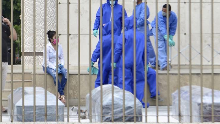 In der ecuadorianischen Metropole Guayaquil kommt man kaum noch mit den zahlreichen Coronavirus-Toten zurecht - nun eilt die Zentralregierung aus Quito zu Hilfe.