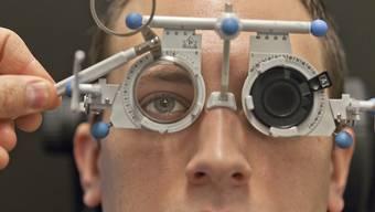 Augentest für neue Sehhilfe: Die Optikerkette Visilab hatte im vergangenen Jahr 45 Prozent mehr Online-Terminvereinbarungen als im Vorjahr. (Symbolbild)