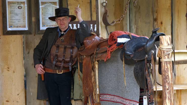 Satteltasche und Sattel sind bereit, es fehlt nur noch das Pferd.