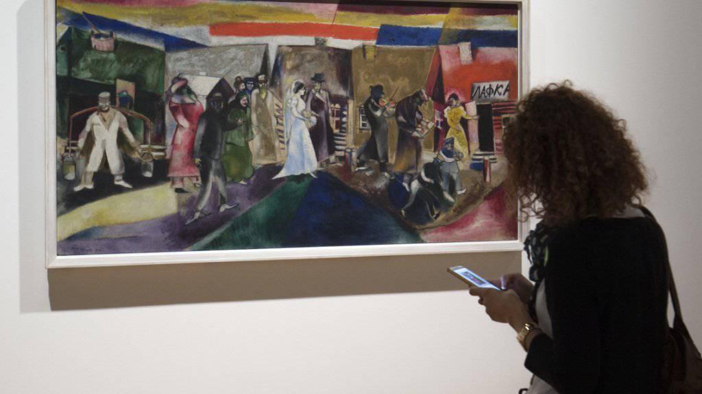 Das Bild «Die Hochzeit» im Kunstmuseum Basel. Die Ausstellung «Chagall - Die Jahre des Durchbruchs 1911-1919» fokussiert auf das Frühwerk Marc Chagalls.