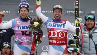 Beat Feuz (rechts) und Mauro Caviezel feiern mit dem Team ihren Doppelerfolg