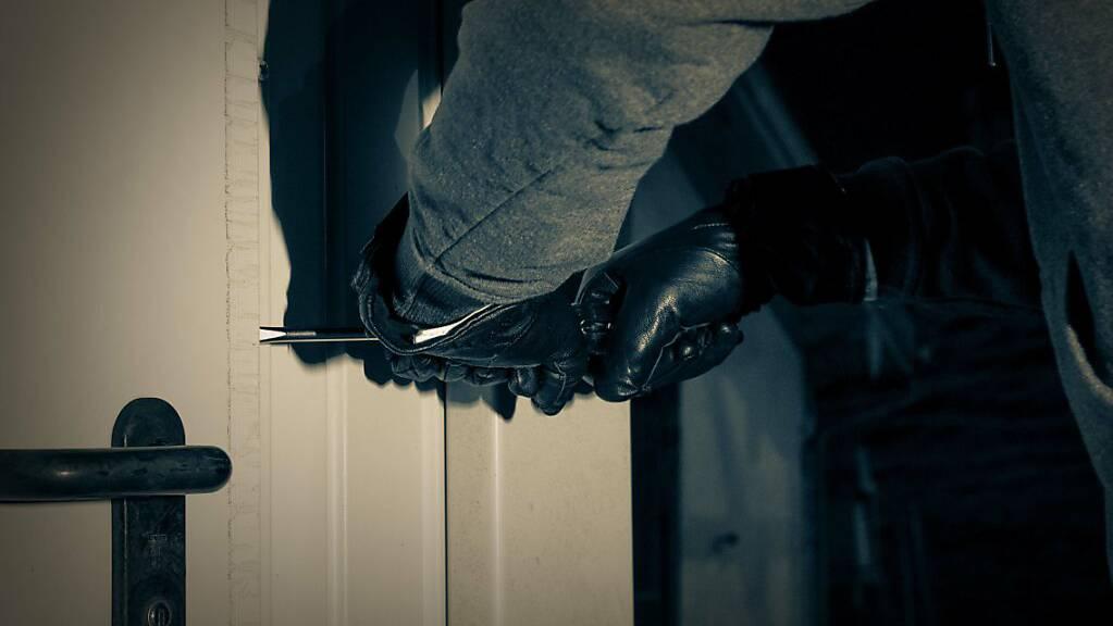 Die unbekannte Täterschaft brach die Wohnungstür in Wil gewaltsam auf. (Symbolbild)
