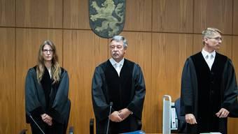 Der vorsitzende Richter Josef Bill (Mitte) und seine beiden Richterkollegen fällen am Donnerstag das Urteil im Fall des mutmasslichen Schweizer Spions.