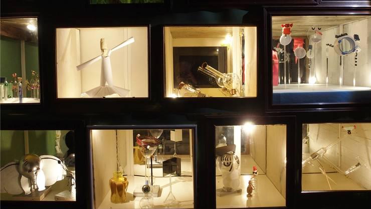 Von filigran-lieblich bis markig-imposant: Es ist ein Stelldichein von vielen verschiedenen Laborgläsern in 16 Fenstern.