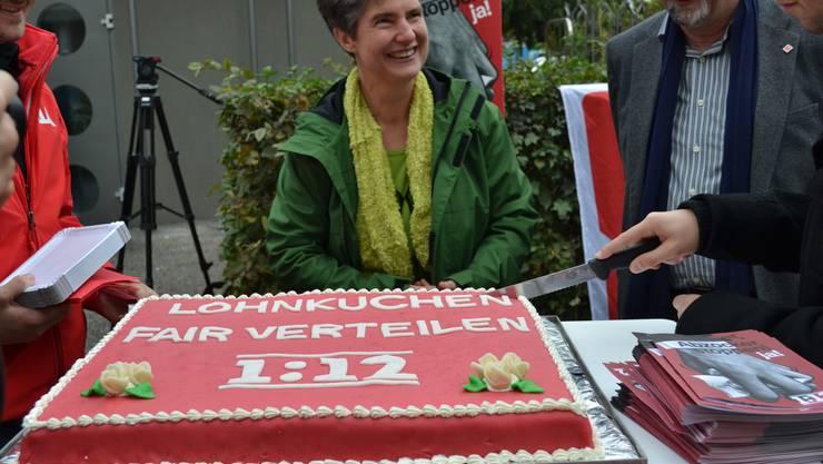 Jungsozialisten, Grüne und die Unia schnitten an der Igelweid den Lohnkuchen an.
