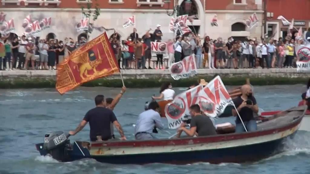 Erstes Kreuzfahrtschiff seit Pandemiebeginn läuft unter Protest aus Venedig aus