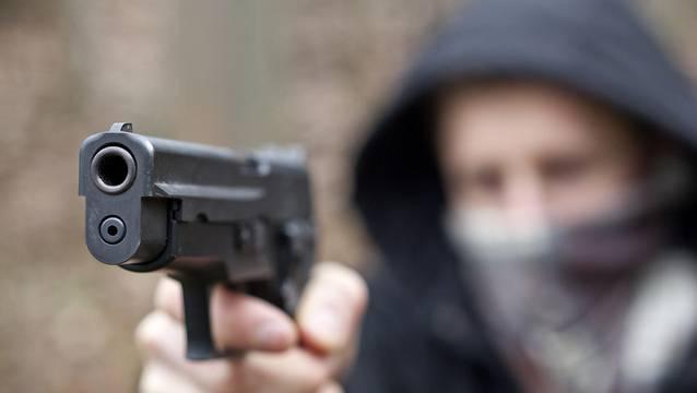 Die Täter bedrohten Passanten mit einer Faustfeuerwaffe. (Symbolbild)