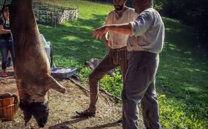 Eines der Schweine wurde am 3. August geschlachtet. Dietschis durften für ihre Arbeit zwei Filets behalten.